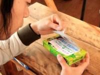 お菓子たけのこの里の箱にメッセージを仕掛けるサプライズ