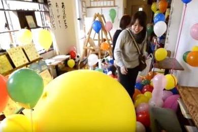部屋を風船でいっぱいに飾り付け。150個!風船だらけの誕生日