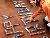 お菓子うまい棒でメッセージ文字を表現するサプライズ